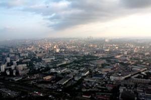 Sicht aus dem moskauer Ostankino-Fernsehturm auf das Geschäftsviertel Moscow-City